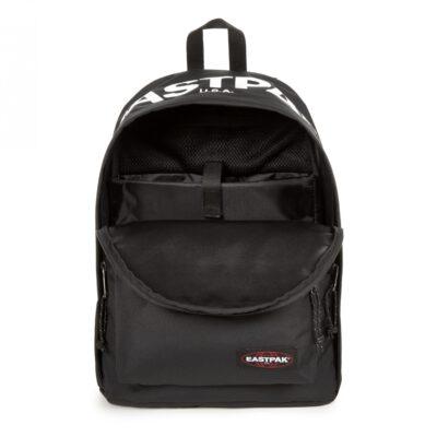 MOCHILA EASTPAK Out Of Office 27 litros con bolsillo ordenador EK767A16 Bold Brand negra con logo blanco solapa