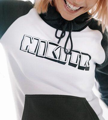 Sudadera NIKITA Mujer con capucha FLASHBACK HOODIE white Ref. NMWFFLA-WHT Blanca y gris logo pecho rojo