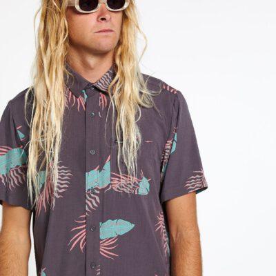 Camisa VOLCOM Manga Corta para Hombre llamativa BERMUDAS - DARK CHARCOAL Ref. A0412006 carbón floreada